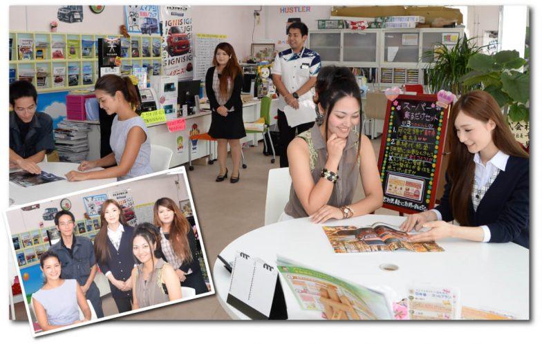 店内で数組の商談が行われている写真